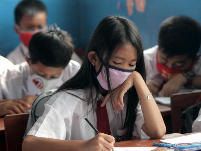 Crianças indonésias usam máscaras para se protegerem do fumo dos incêndios (EPA/Adi Weda)