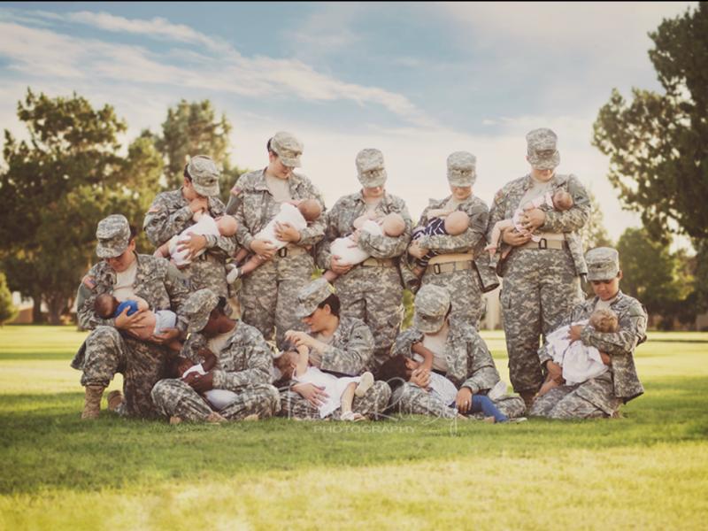 Fotografia mostra dez militares fardadas a amamentar [Fonte: Tara Ruby]