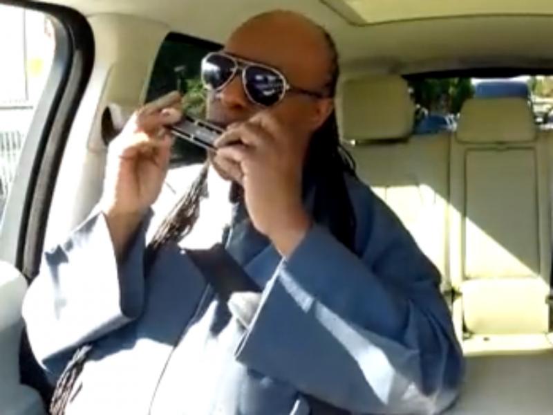 Como seria se Stevie Wonder viajasse consigo de carro?