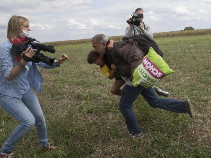 Refugiado rasteirado por jornalista húngara já está em Espanha