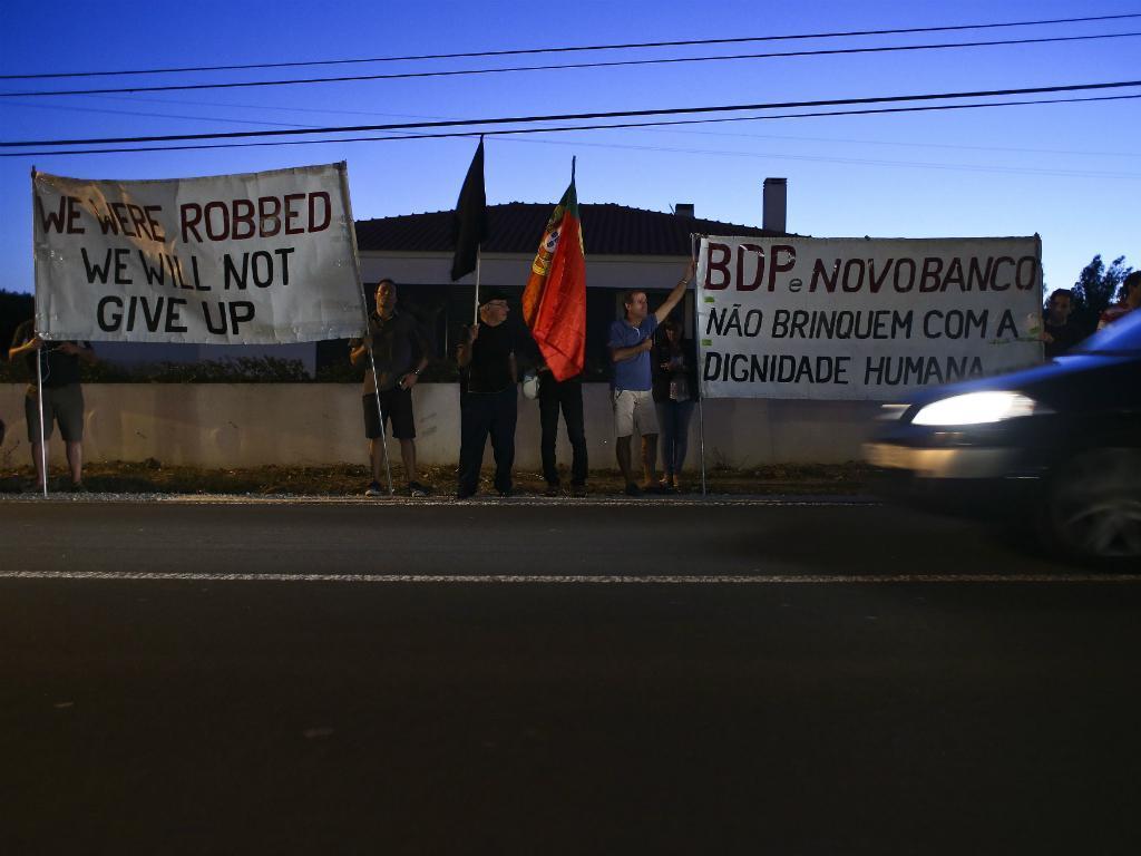 Lesados do BES protestam junto do comício da Coligação