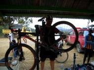 Tour de Timor: Simão, mecânico bem disposto (Luís Pedro Ferreira)