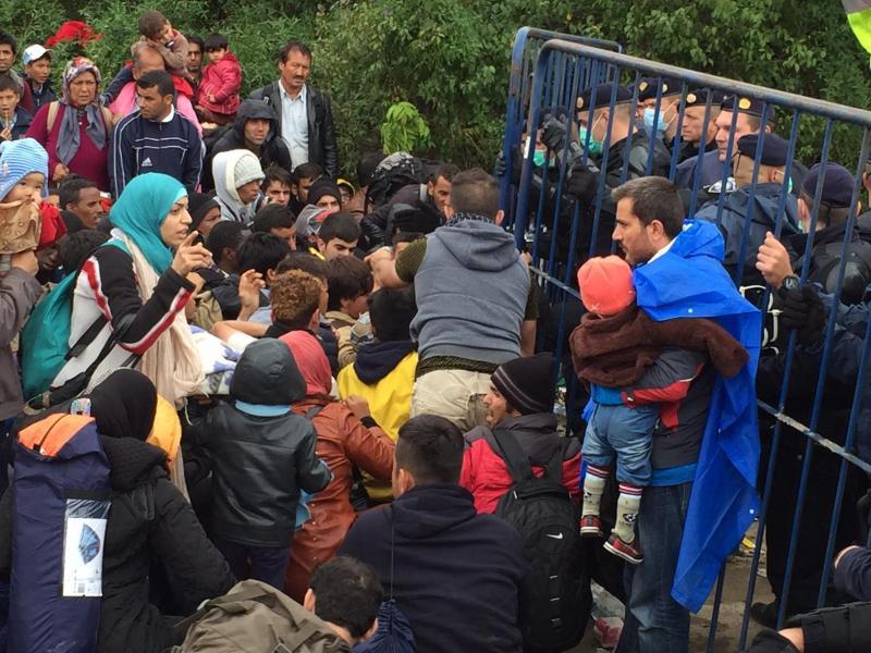Refugiados em Sid, zona de fronteira entre a Croácia e Sérvia, onde se vivem momentos de tensão (Alexandra Borges)