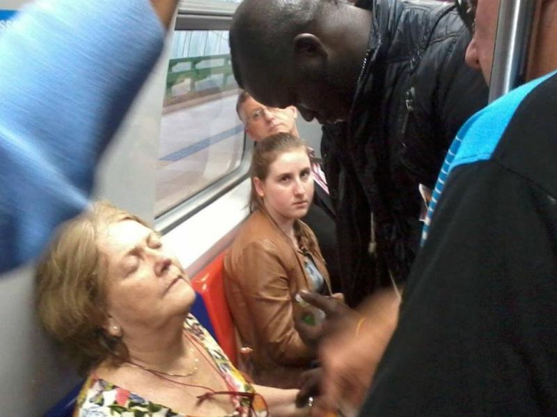 Senegalês socorre idosa em comboio em movimento (Facebook)
