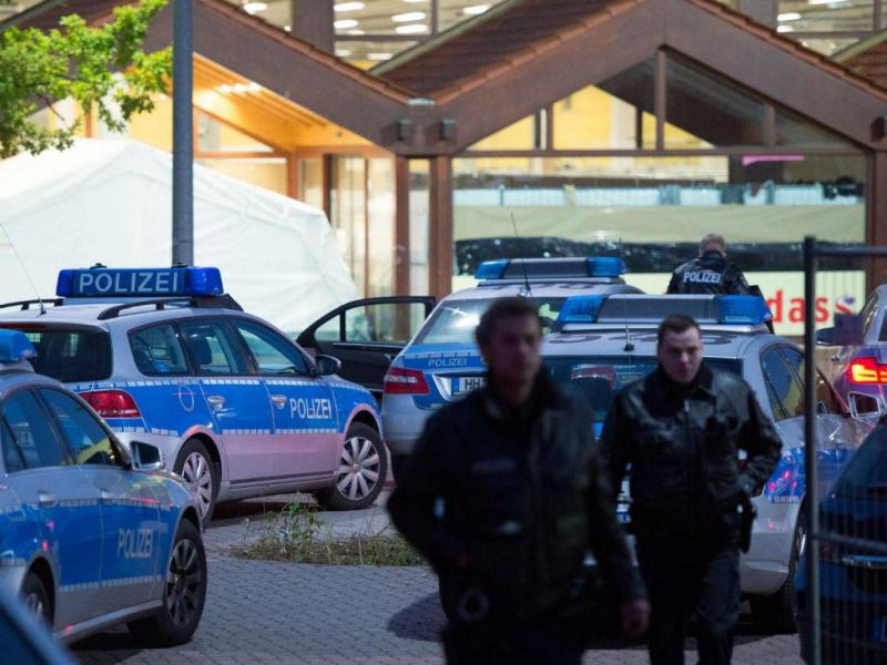 Reforço do contingente policial junto a centro de acolhimento de refugiados em Hamburgo (Lusa/EPA)