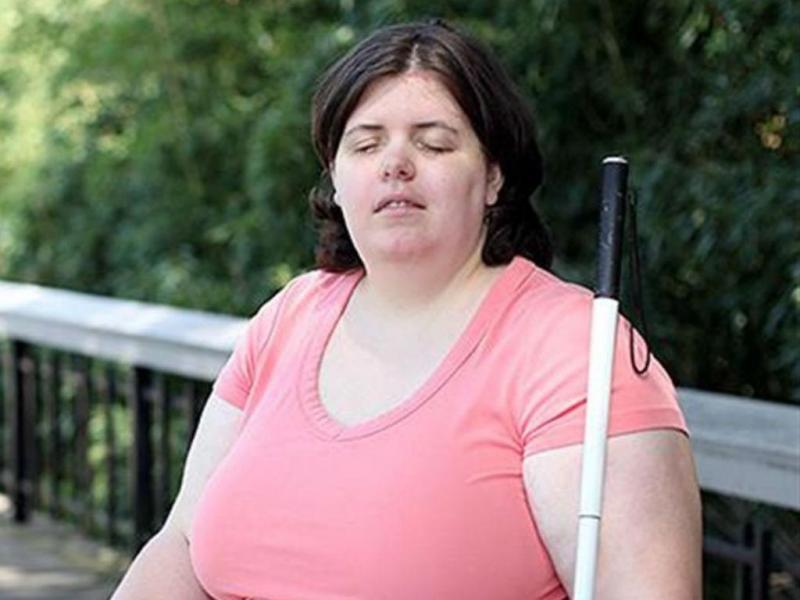 """Mulher concretiza """"sonho"""" de se tornar cega"""