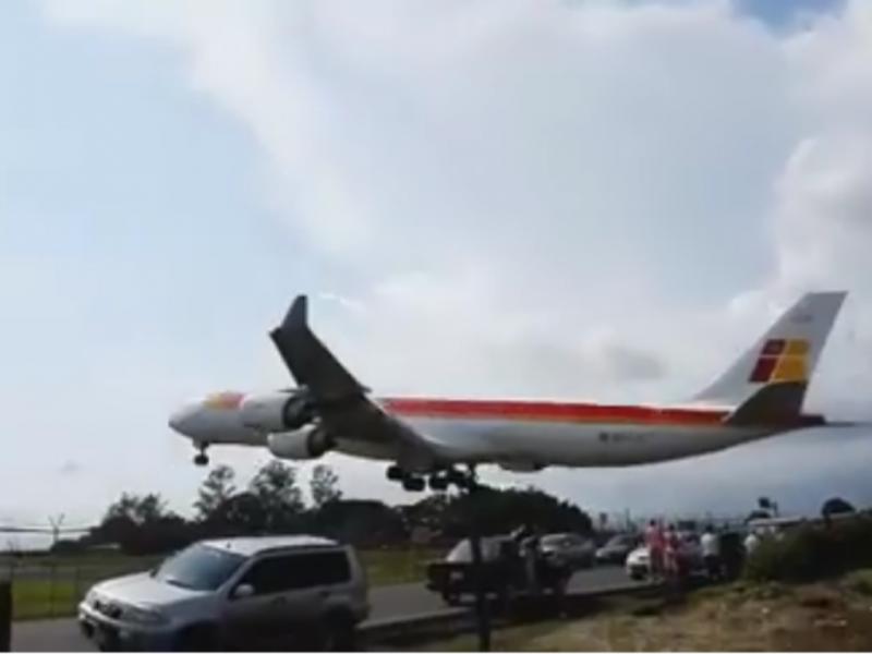 Avião quase aterra em cima de carros