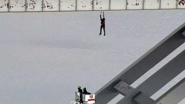 Homem pendurado numa ponte em Houston [BBC]