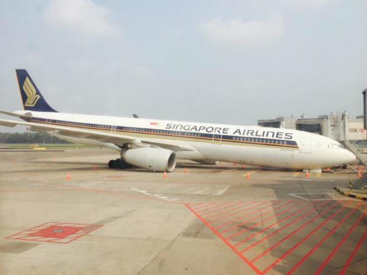 Trem de aterragem do Airbus A330-300 da Singapore Airlines colapsou no aeroporto de Singapura (Foto Twitter)