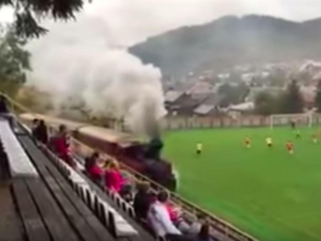 Um comboio num jogo de futebol?