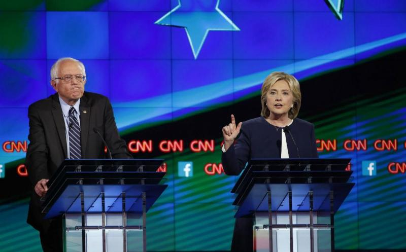Bernie Sanders e Hillary Clinton no primeiro debate dos democratas [Foto: Reuters]