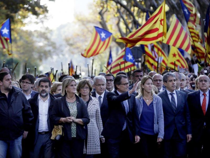 Milhares de pessoas acompanham o presidente da Catalunha ao tribunal