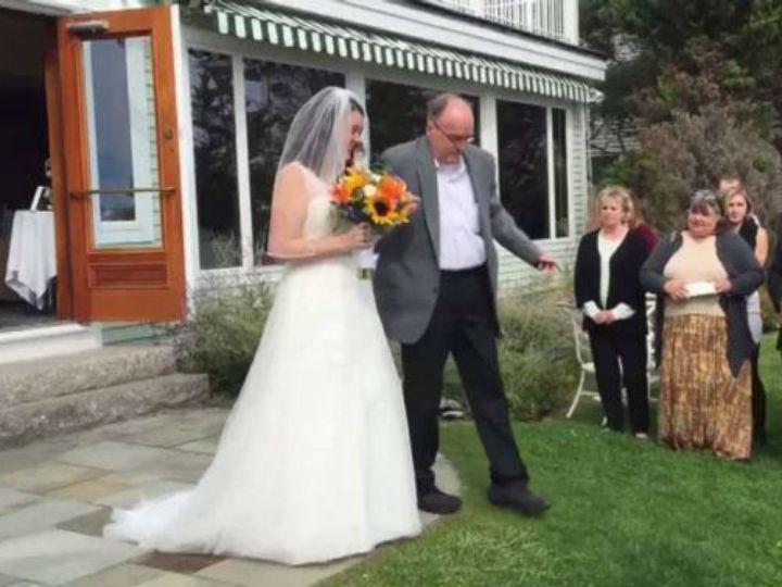 Pai deixa cadeira de rodas para levar a filha ao altar (Reprodução YouTube)