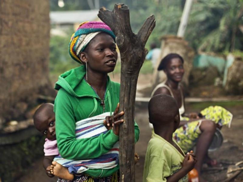 Mulheres e crianças na Guiné (Foto Jerome Delay/AP)