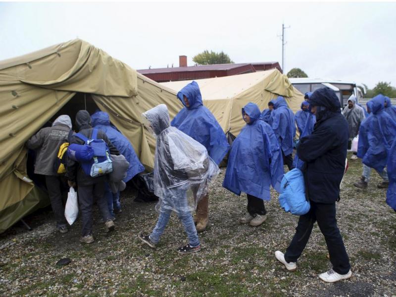 Migrantes atravessam fronteira na Eslovénia