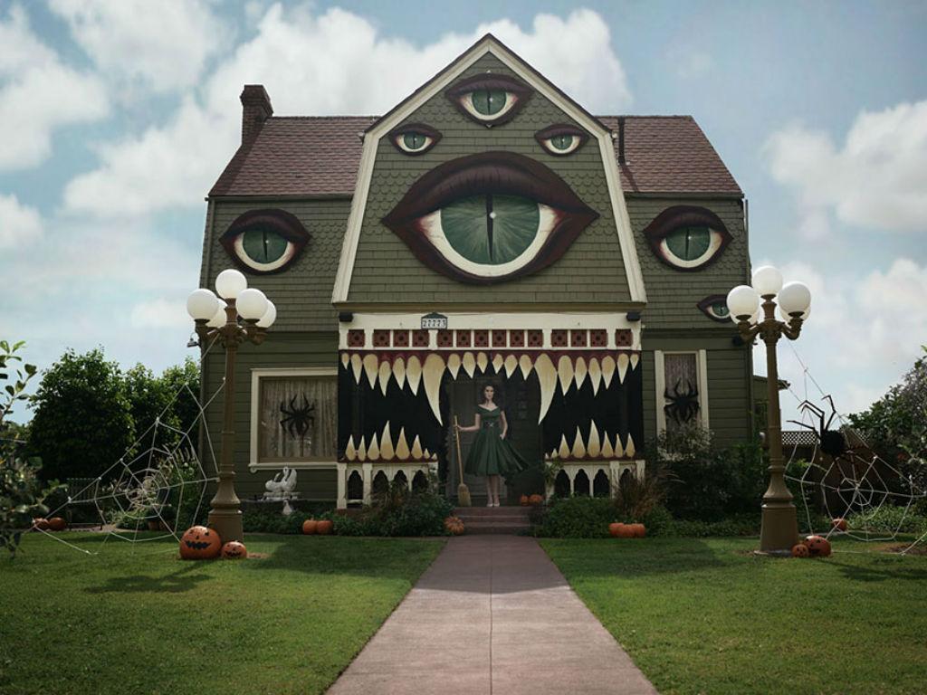 Mulher transforma a casa dos pais para o dia das bruxas
