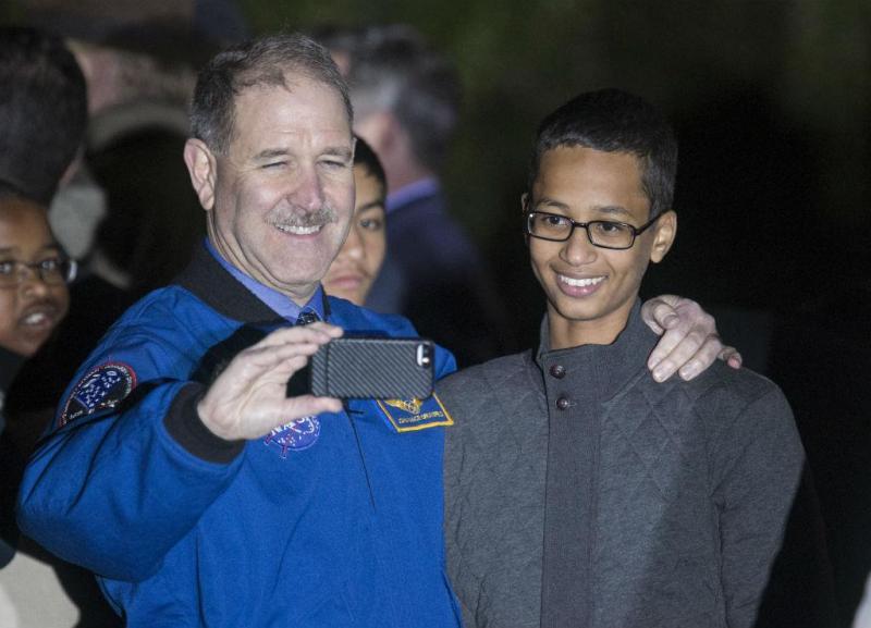 O astronauta John M. Grunsfeld com Ahmed Mohamed na Casa Branca [Foto: Reuters]