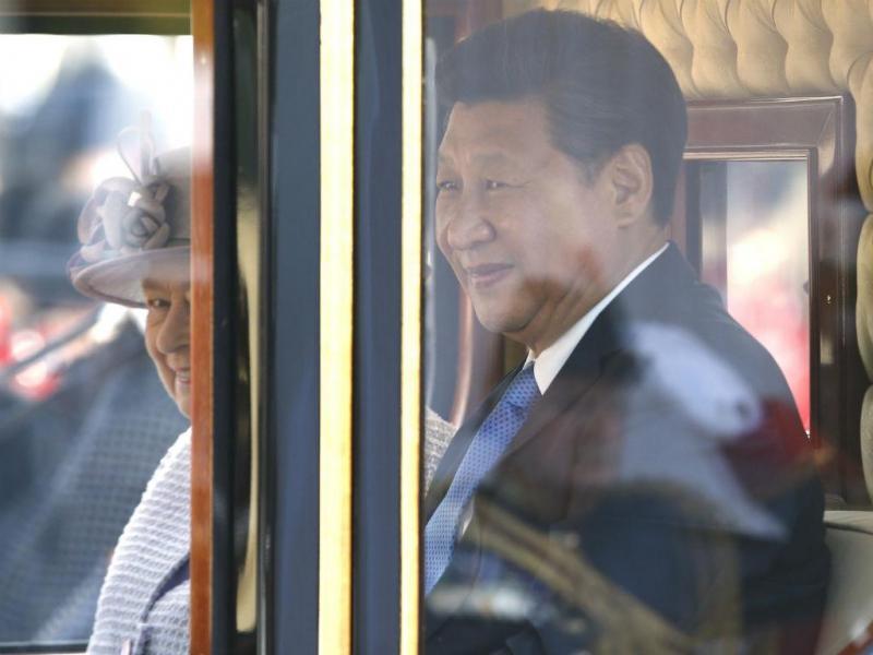 Rainha de Inglaterra com Presidente chinês (REUTERS)