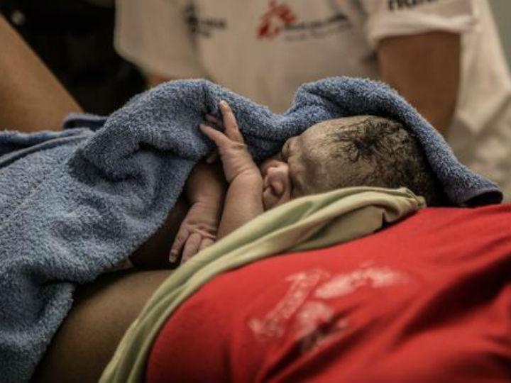 Grávida dá à luz em mar alto (Reprodução MSF)