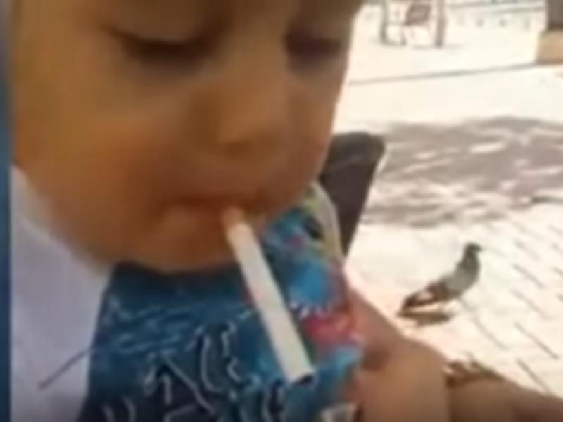 Vídeo chocante mostra criança a beber e a fumar