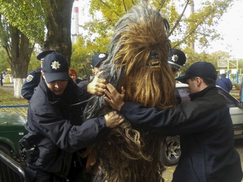 Chewbacca é preso durante eleições na Ucrânia