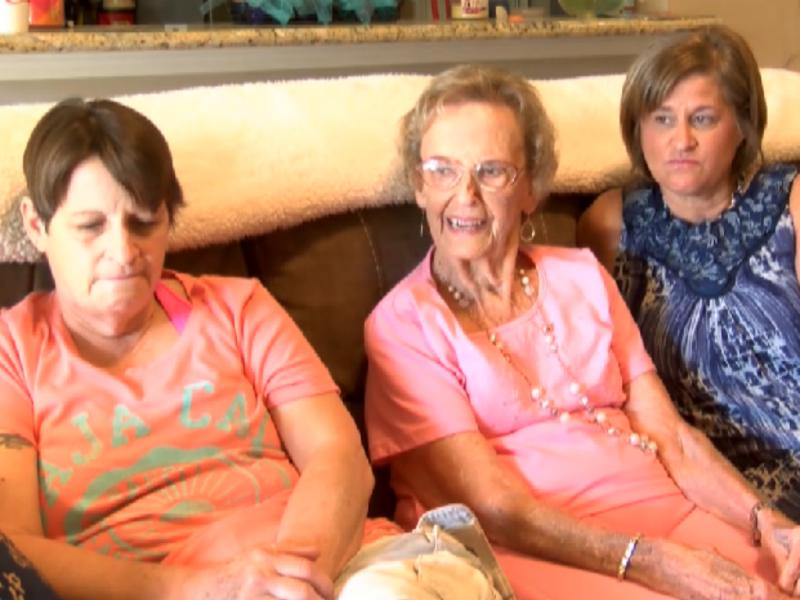 As gémeas, Jane Bennett e Lisa Keeler, com a mãe adotiva, Anita Sipler