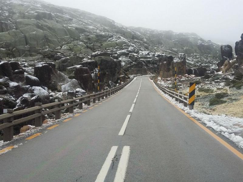 Primeiro dia de neve na Serra da Estrela este outono [Teresa Jesus via euvi@tvi.pt]