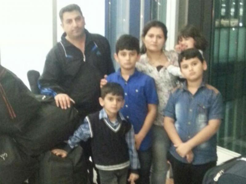 Família síria a viver no aeroporto (Foto: DR/Twitter)