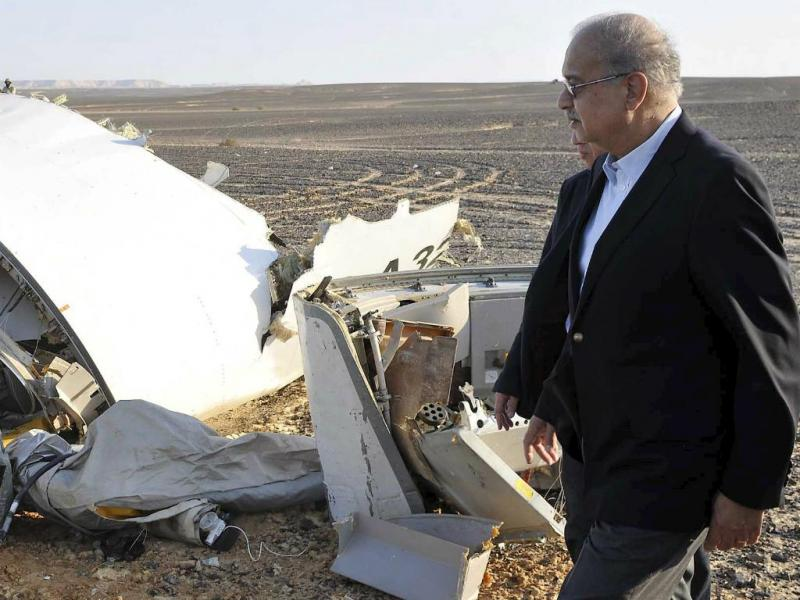 Primeiro-ministro egípcio junto dos destroços do avião que se despenhou na península de Sinai