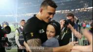 Jogador dos All Blacks oferece medalha a miúdo placado por segurança