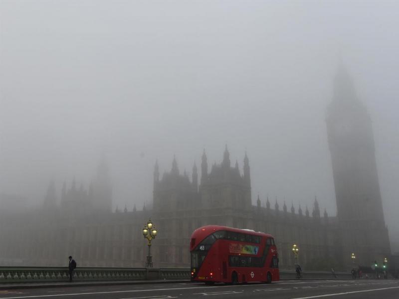 Trabalhadores atravessam a ponte de Westminster, em Londres, durante a manhã (REUTERS / Stefan Wermuth)