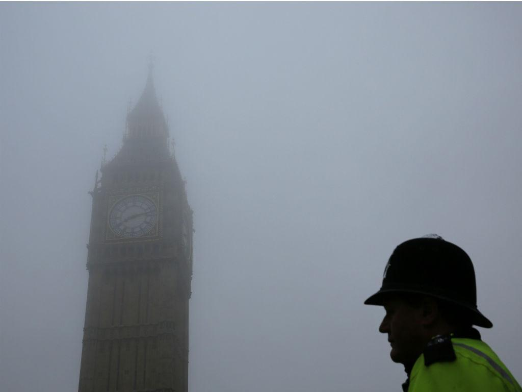 Um polícia faz a vigia ao lado do relógio Big Ben (REUTERS / Stefan Wermuth)