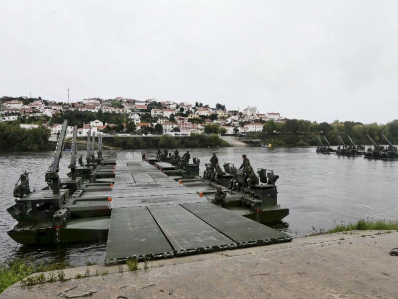 Exercício militar instala pontes de última geração no Tejo (João Relvas/LUSA)