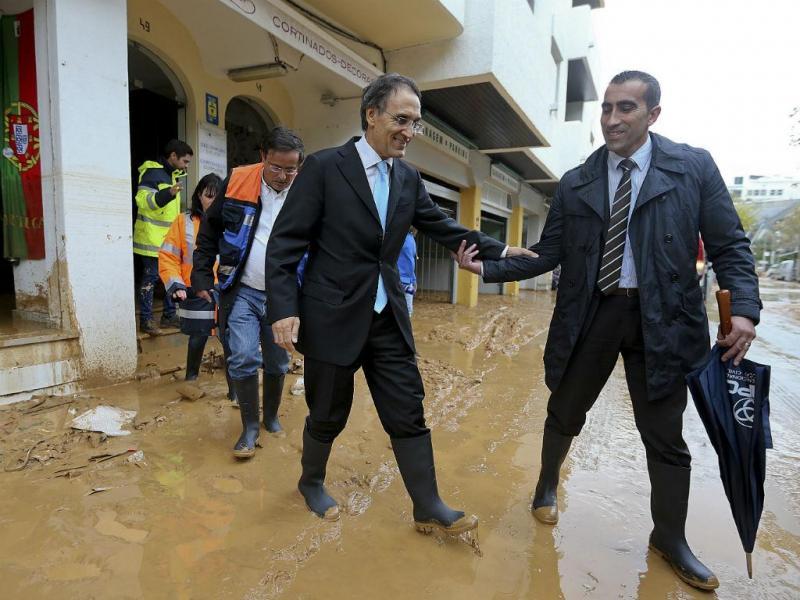 João Calvão da Silva vê os estragos causados pela chuva, no Algarve