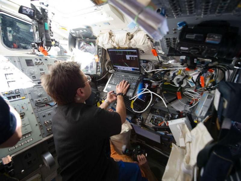 O astronauta da Nasa Greg Chamitoff a usar um computador na cabine do vaivém espacial Endeavour, em 18 de maio de 2011 (REUTERS/NASA)