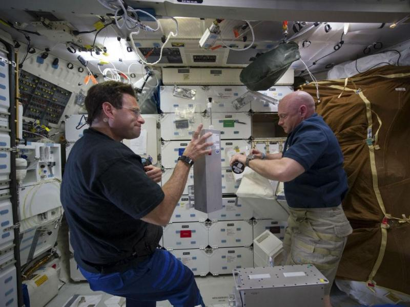 Os astronautas da NASA Greg Chamitoff e Mark Kelly, em 17 de maio de 2011 (REUTERS/NASA)