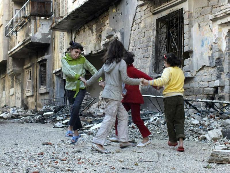 As crianças brincam rodeadas de destroços (REUTERS / Yazan Homsy)