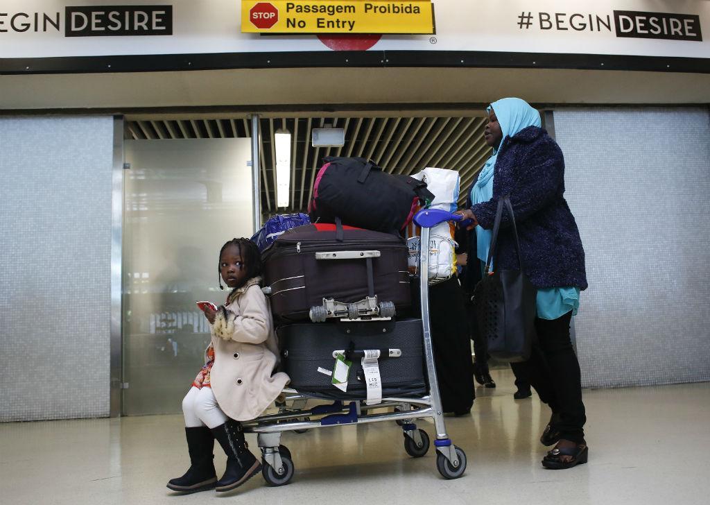 Chegada de refugiados ao aeroporto da Portela, em Lisboa (LUSA)