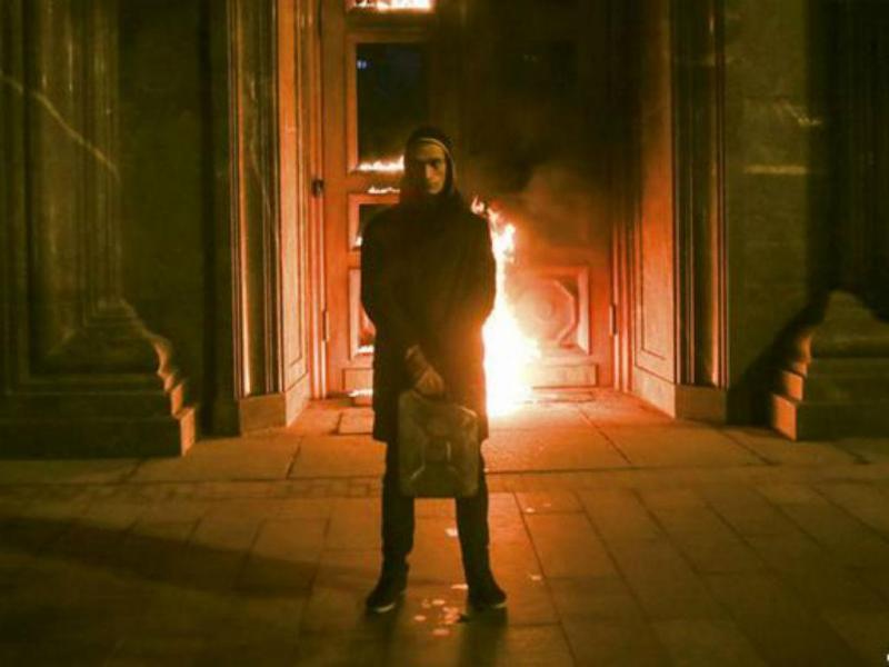 Artista russo incendeia portões da sede do KGB (REUTERS)