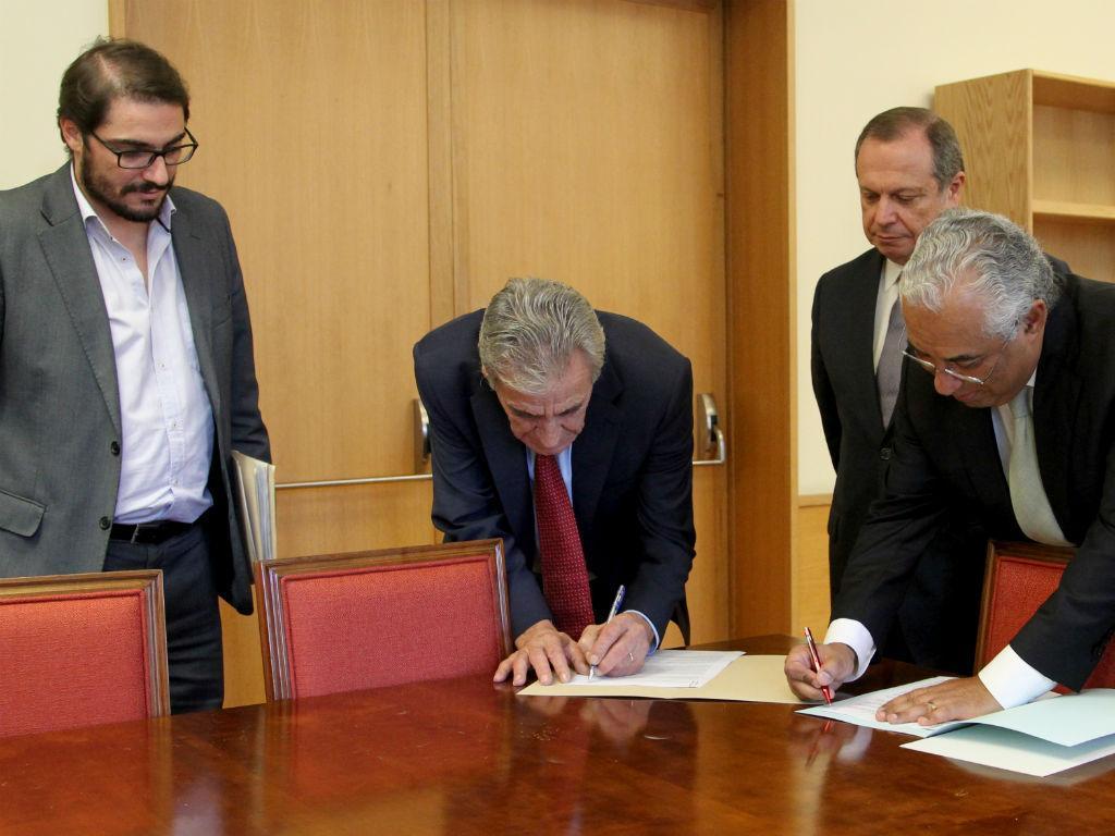 Assinatura da posição conjunta do PS com o PCP: há algumas matérias em que as duas forças políticas não conseguiram alcançar entendimento e isso está expressamente escrito (Foto PS)