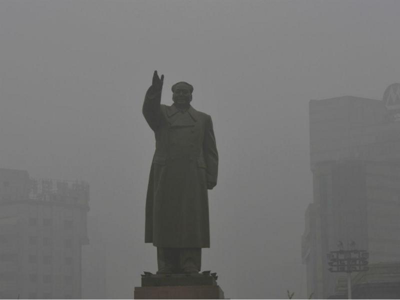 Estátua da China, Chairman Mao Zedong, vista num dia de poluição (REUTERS / Stringer)
