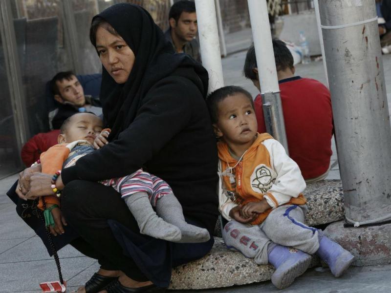 Refugiados da Síria encontram abrigo no porto de Mytilini, em Lesbos, o maior centro de refugiados da Grécia, antes de continuar viagem (EPA / Orestis Panagiotou)