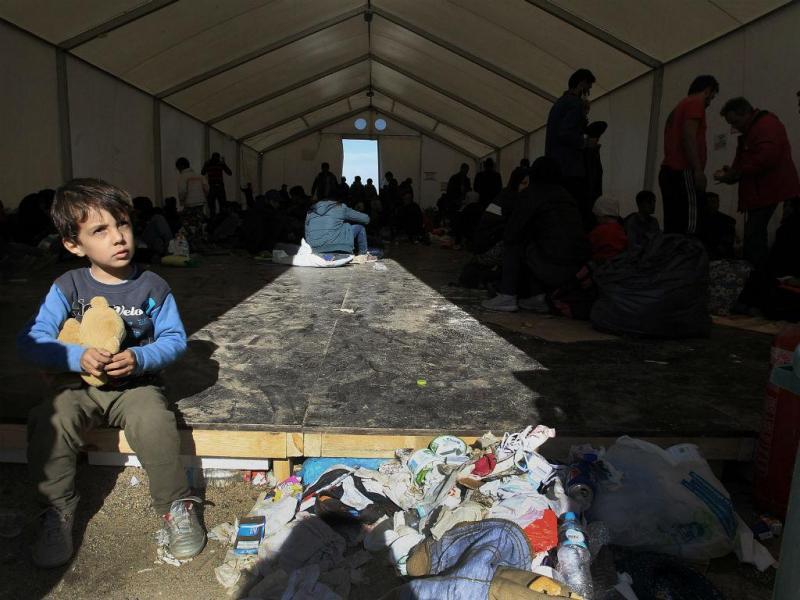 Migrantes descansam num campo de refugiados, na vila Idomeni, norte da Grécia (EPA / Simela PANTZARTZI)