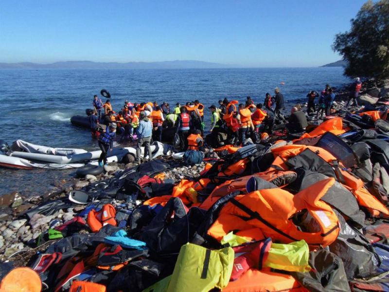 Refugiados vindos da Turquia desembarcam no porto de Piraeus, na Grécia (EPA / ALEXANDROS VLACHOS)