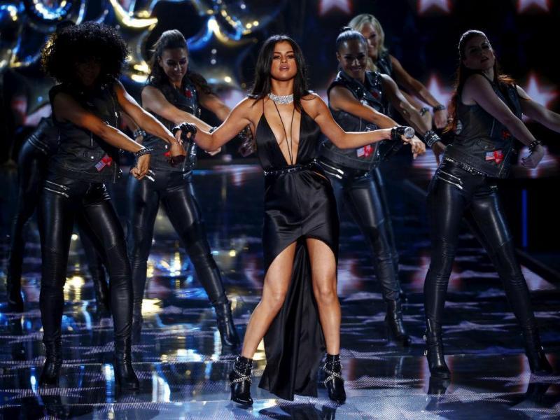 Selena Gomez não desfilou, mas cantou no Desfile de Victoria's Secret 2015 (Reuters)