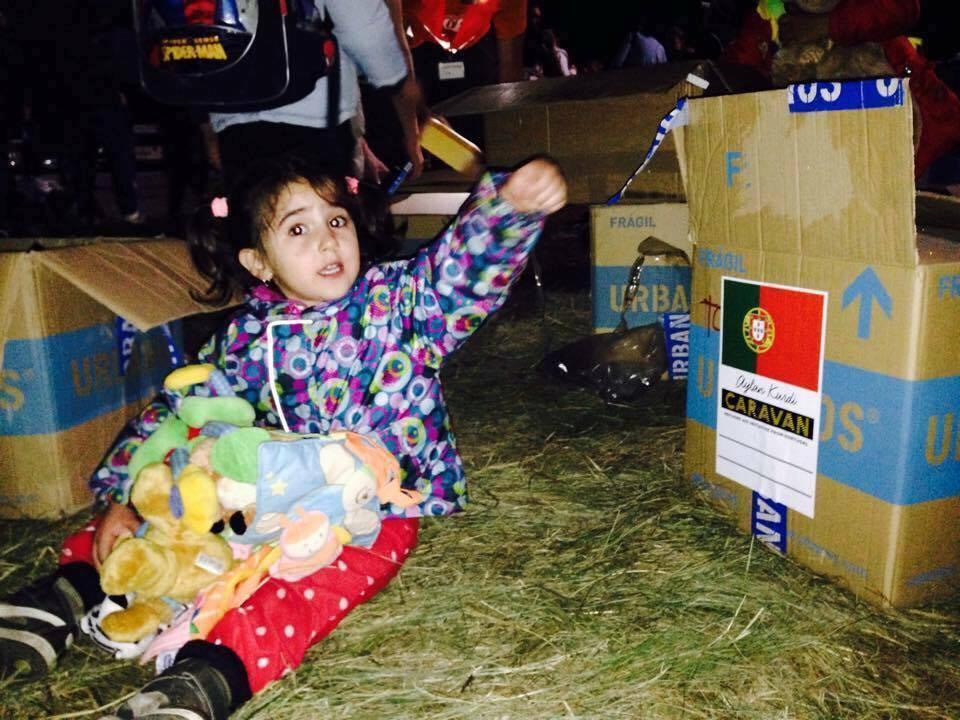 Menina refugiada recebe ajuda portuguesa da caravana Aylan Kurdi (Foto Facebook)