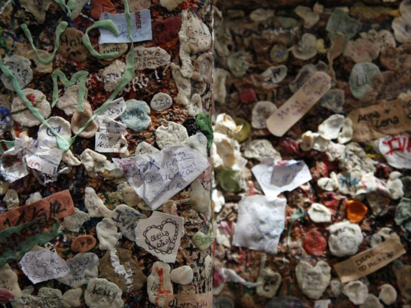 Gum wall (REUTERS/Clarissa Cavalheiro)
