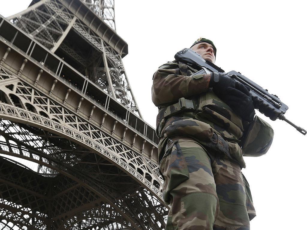 Militares nas ruas de Paris após ataques terroristas