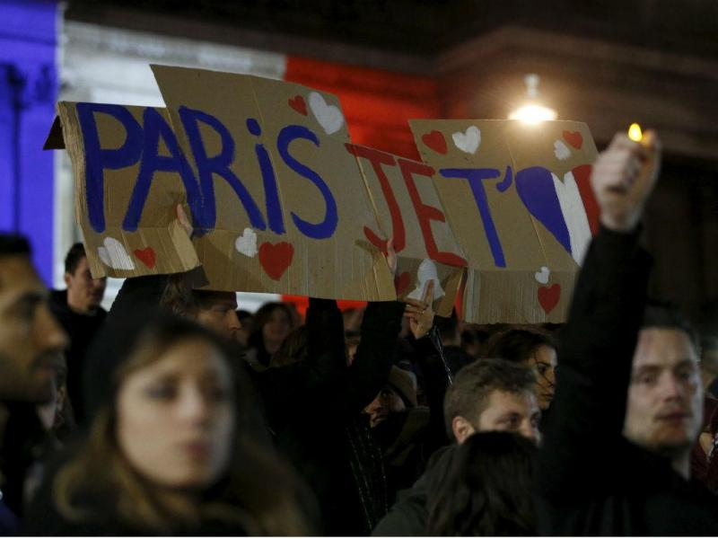 #noussommesunis: Milhares de pessoas em todo o mundo em vigília pela França (REUTERS)