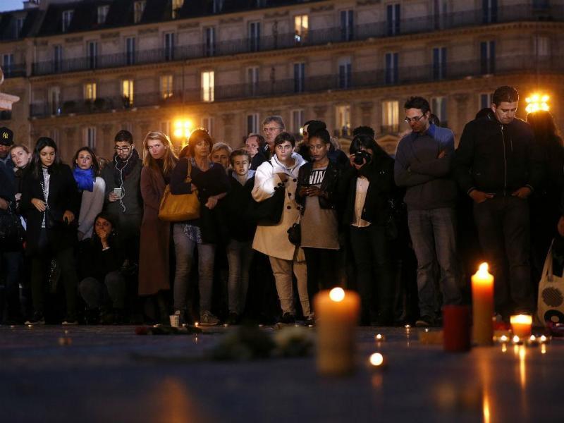 Centenas de pessoas em Paris prestam homenagem às vítimas dos atentados terroristas de 13 de novembro (REUTERS)